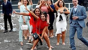 İngilizler, Kutsal Kadınlar Günü'nde kendilerinden geçti