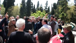 İşkenceci cezaevi müdürünü tabutu başında protesto ettiler