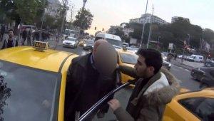 İstanbul'un göbeğinde taksici ile motosikletlinin kavgası