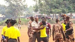 Kadın hakemi saha ortasında dövdüler