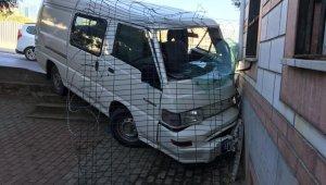 Kartal'da kamyonet cami duvarına çarptı: 3 yaralı