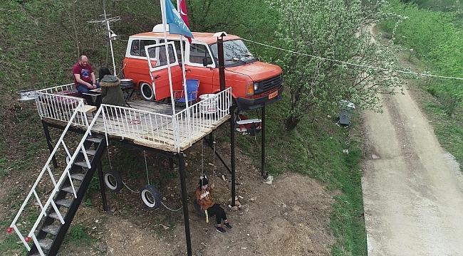 Kızları ağaç ev istedi, o ise minibüsten ev yaptı