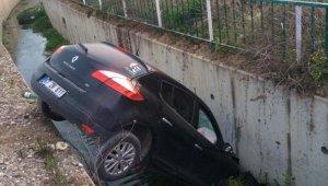 Kontrolden çıkan otomobil dere yatağını düştü