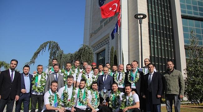 Kupayı Bursa'ya getirdiler, başkan onları kapıda karşıladı - Bursa Haberleri