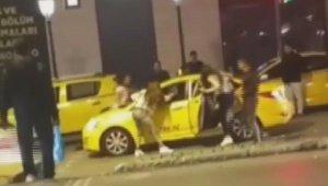Laf atan kişiyi, öfkeli gruptan taksici kurtardı