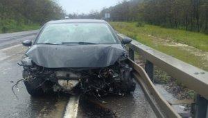 Otomobil bariyerlere çarptı: 2 yaralı - Bursa Haberleri