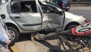 Otomobil refüjdeki bariyere çarptı: 5 yaralı