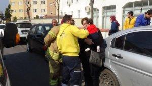 Otomobilde mahsur kalan Pelin bebeği itfaiye kurtardı