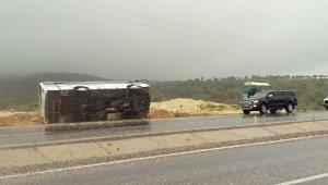 Yolcu otobüsü devrildi: 10 yaralı