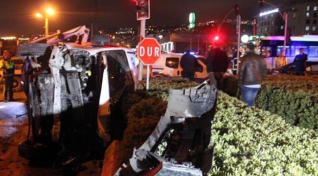 Yolcu servisi kavşakta iki otomobille çarpıştı: 8 yaralı