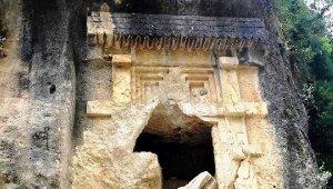 2 bin 500 yıllık Likya kaya mezarını parçaladılar