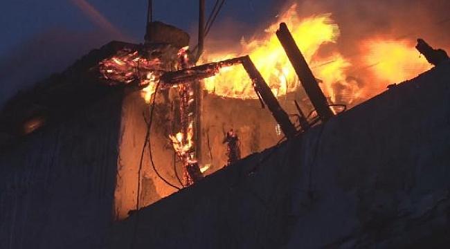 4 katlı binada çıkan yangın mahalleliyi sokağa döktü