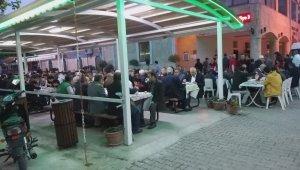 500 kişi aynı sofrada buluştu...Bu iftarı ikram eden belli değil - Bursa Haberleri