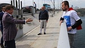 Ak Parti Logolu Tişörtü İle Köprüde İntihara Kalkışan Engelli Şahsı, Ahmet Davutoğlu İkna Etti!