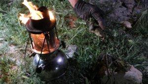 Avcılar gaz lambalarıyla avlıyorlar