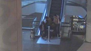 AVM'de yürüyen merdiven dehşeti... Küçük çocuğun parmakları koptu