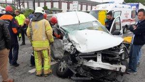 Çekiciyle otomobil çarpıştı: 1'i ağır 2 yaralı