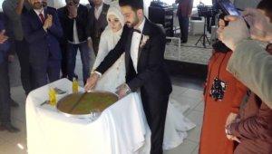 Düğünde pasta yerine kadayıf kestiler