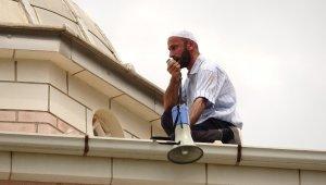 Eski eşi çocuğunu göstermeyince kayınpederinin imamlık yaptığı caminin çatısına çıktı