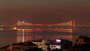 Galatasaray'ın Şampiyonluğuna İstanbul'daki İki Köprü Sarı Kırmızı Renklere Büründü