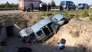 Hafif ticari araç menfez boşluğuna yuvarlandı: 2 ölü, 3 yaralı