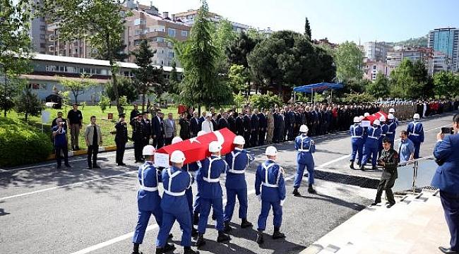 Kayıp muhabiri arama çalışmalarında suya kapılarak şehit olan askerler için hüzünlü tören