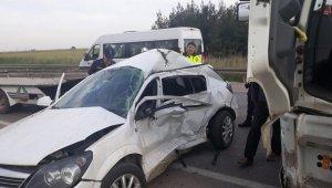 Kırmızı ışıkta geçen kamyon otomobili biçti: 1 ölü, 1 yaralı - Bursa Haberleri