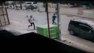 Köpeklerin saldırısına uğrayan öğrenciler, otomobilin altında kalmaktan son anda kurtuldu