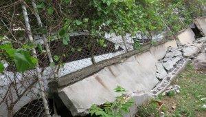 Maltepe'de bahçe duvarı devrildi; 4 araç hasar gördü