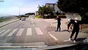 Minibüs sürücü ücret ödemediğini iddia ettiği öğrencilerle kavga etti