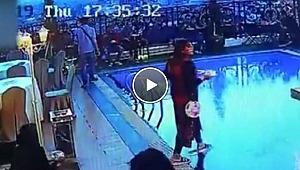 Önüne bakmayan turist, havuzu daldı