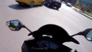 Otomobil aniden sol şeride girmeye çalıştı, motosikletli ölümden döndü