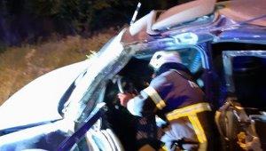 Otomobil aydınlatma direğine çarptı... Sürücü öldü, eşi ve 2 çocuk yaralandı