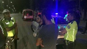 Otomobilin kaputunda yolculuk edince düşerek ağır yaralandı