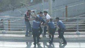 Polisten kaçıyordu, Köprüden atlarken kolundan yakalandı