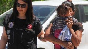 Reçeteli hap satan kadın yüzünü çocuğuyla gizledi