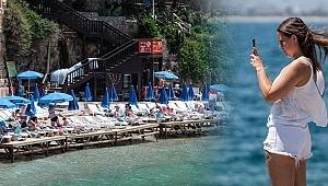 Şehir merkezindeki plaj turistlerle doldu
