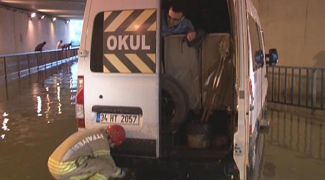 Servis minibüsü alt geçitte mahsur kaldı