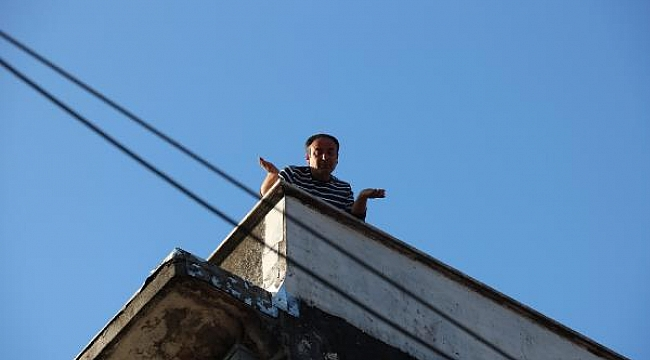 Silahla çatıya çıktı, polisi harekete geçirdi