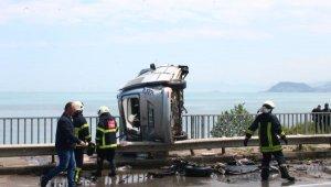 Takla atan araç köprü korkuluğunda asılı kaldı