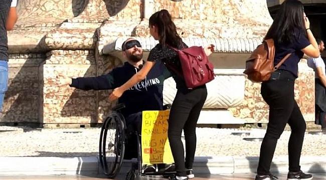 Tekerlekli sandalyesi ile Taksim'e geldi, kollarını açıp 'Sarıl bana' dedi