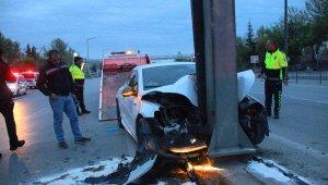 Yön levhasına çarpan otomobilin sürücüsü öldü