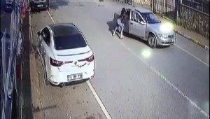 Yumruklayarak dövdüğü kadını otomobilden attı