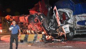 1 tır, 1 kamyon ve 1 yolcu.... Feci kazada 2 ölü, 17 yaralı