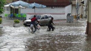 Aniden bastıran yağmur sokakları göle çevirdi - Bursa Haberleri