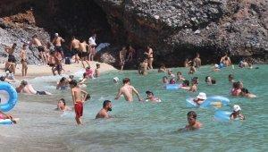 Aşırı sıcaktan bunalan tatilciler sahile akın etti