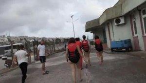 Deniz bisikletiyle suda sürüklenen üniversitelileri polis kurtardı