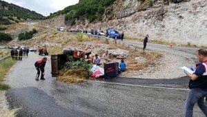 Devrilen traktördeki karı-kocayı, ölüm ayırdı