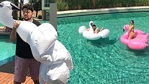 Eser Yenenler, balon flamingoyu patlattı