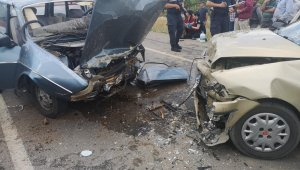 İki otomobil kafa kafaya çarpıştı: 6 yaralı